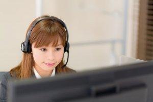コールセンタ―で働く女性のイメージ写真